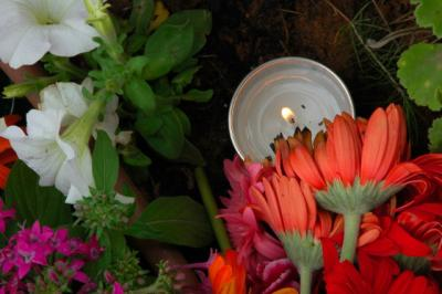 Yartzeit Candle with red flowers